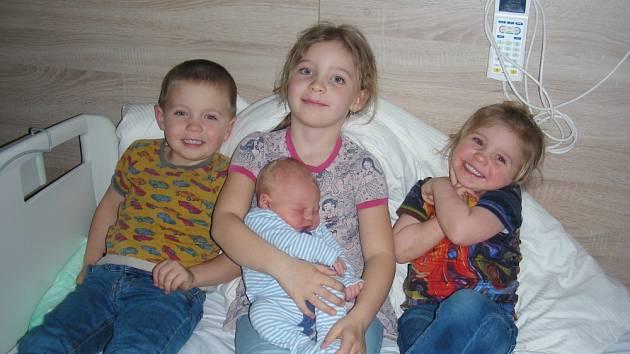 Velkou radost mají Sára (6), Matěj (4) a Klára (2), ke kterým přibyl čtvrtý člen do dětské party, bráška Jonáš Hronek. Jonáš přišel na svět 4. března 2019, vážil pěkných 4,05 kg a měřil 51 cm. Manželé Monika a Jakub si synka odvezli domů do Mořiny.