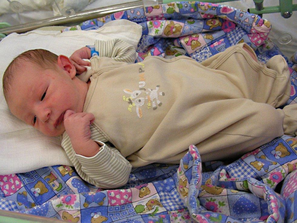RADOSLAV Fonfer, prvorozený syn manželů Adély a Radoslava Fonferových, přišel na svět v neděli 11. března 2018. Radoslavovy porodní míry byly rovných 50 cm a 3,28 kg. Novopečená rodinka má domov v Praze.