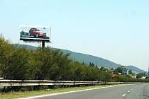 NELEGÁLNÍ billboardy podle Dě〜tí Země hyzdí kolem D5 ráz krajiny.