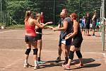 Na volejbalových kurtech v Lochovicích si s chutí zahráli fandové tohoto sportu.