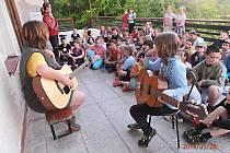 VEČERY si děti zpříjemnily zpěvem a hrou na kytaru.