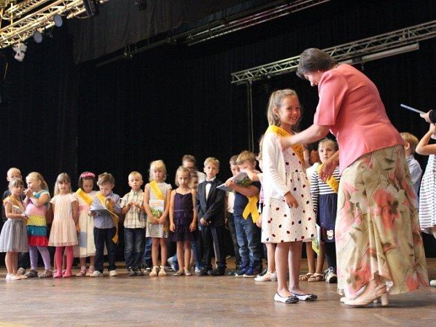Rozloučit se se školním rokem přišly desítky rodičů a příbuzných.