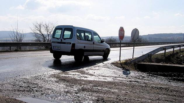 Dopravu na Žebrácké komplikují nákladní vozy