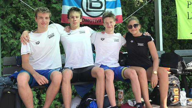 Tihle plavci Lokomotivy závodili skvěle: první zleva David Ludvík, Tomáš Míka , Štěpán Palata a trenérka Aneta Pokorná.