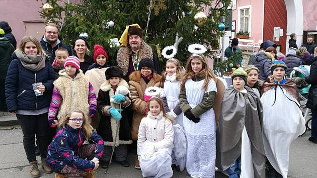 Děti z centra Světlušky z Tmaně v Karlštejně přivítal starosta Petr Rampas