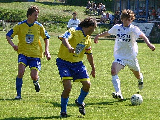 Hořovičtí fotbalisté v utkání s Rakovníkem zaostávali za svým soupeřem ve všech herních činnostech.