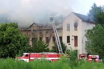 Požár zachvátil třípatrovou budovu bývalé Tiby