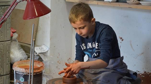 V Muzeu berounské keramiky si mohli příchozí vyzkoušet točení na kruhu, pletení pomlázky či výrobu keramických ozdob.