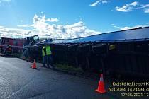 Hasiči museli vyjet v pondělí 17. května odpoledne k nehodě nákladního automobilu, který se převrátil na bok u obce Nučice.