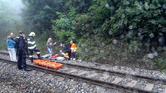 Vlak pod tetínskými skalami strhl muže. Ten v nemocnici zraněním podlehl.