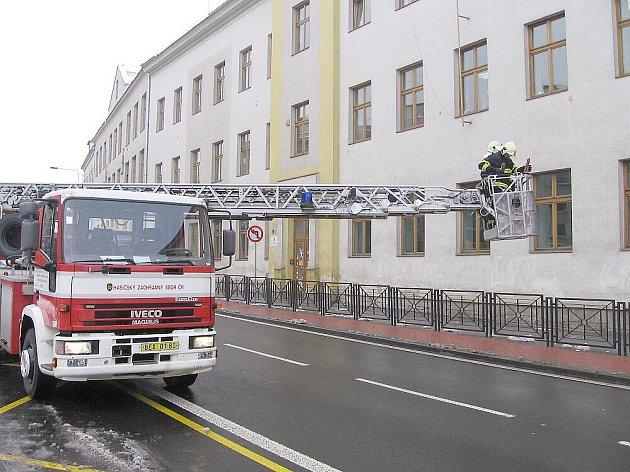 Berounské hasiče zaměstnal sníh na střechách
