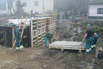 Po náročné opravě mostu budou suchomastští vyvážet rybník