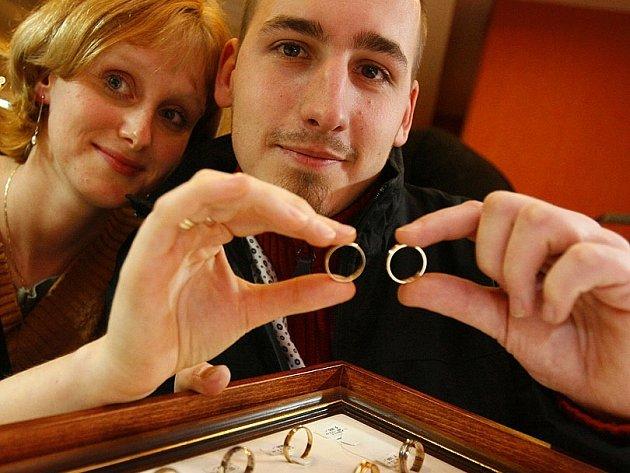 Zamilované páry věří, že jim sedmičky přinesou štěstí.