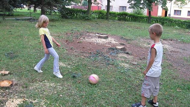 Stromy ustoupily dětskému hřišti