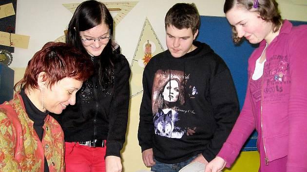 Deváťáci z Lochovic nominovali učitelku na Zlatého Ámose