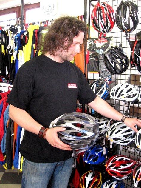 Cyklistická přilba není drahá, její cena se pohybuje zhruba od 400 do 3000 korun a může zachránit život