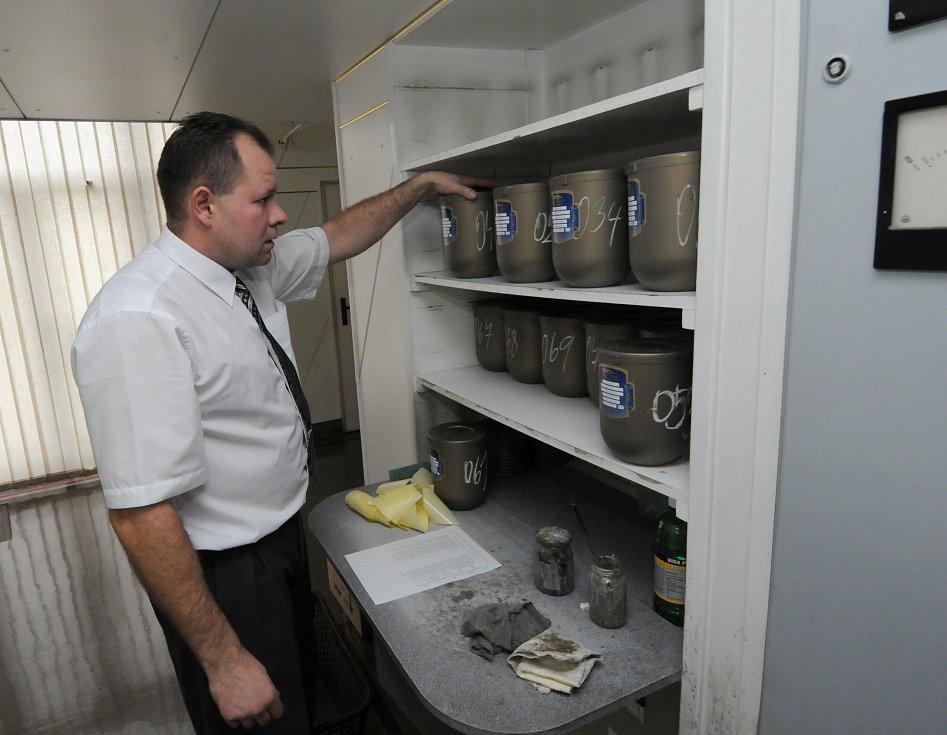 Pohřební ústavy jsou zahlceny urnami s ostatky zemřelých. Někteří pozůstalí si je vůbec nevyzvednou.