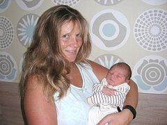 NOVOPEČENÁ maminka Alena Holoubková chová v náručí syna Šimona, který se jí narodil 6. září 2016. Chlapeček vážil 3,55 kg a měřil 50 cm. Tatínek Michal Holoubek si manželku a Šimonka odveze domů do Berouna.
