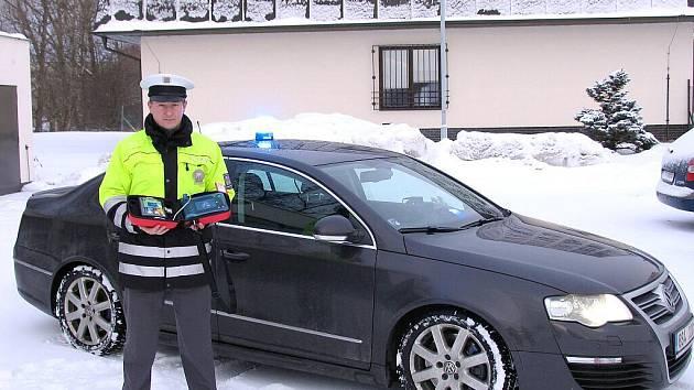 Dálniční policie v Rudné získala defibrilátor