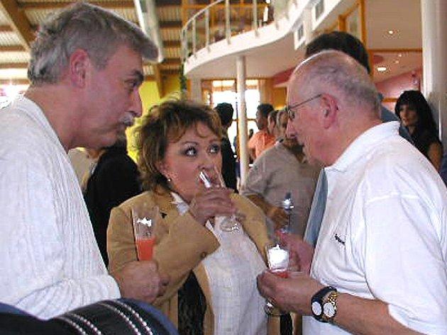 Známé osobnosti se před vypuknutím programu posilnili ovocným šampaňským.