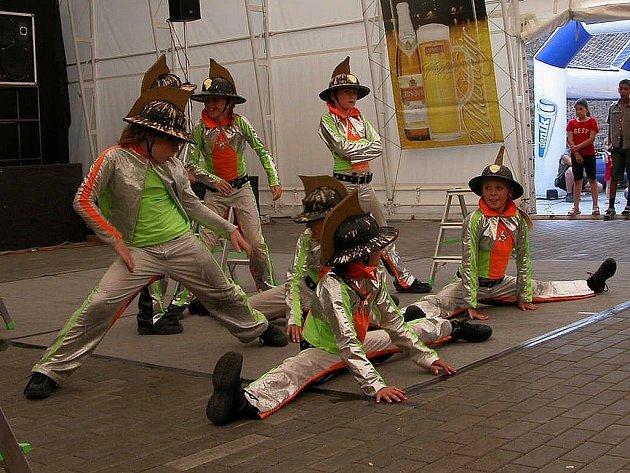 Taneční centrum R. A. K. Beroun pod vedením šéfa a choerografa Jana Lišky dostalo přítomné diváky do varu.