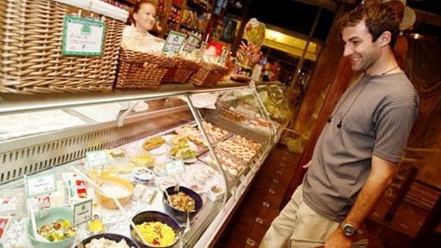 Některé potraviny, jako jsou například majonézové saláty, jsou v létě nácvhylnější ke kontaminaci.