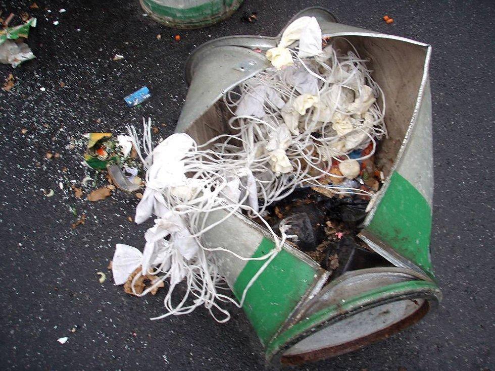 Popeláři explodovala popelnice v ruce