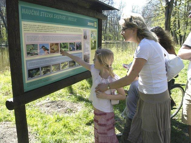 Český kras je  oblíbeným cílem výletníků. Nově otevřená stezka Zlatý kůň láká svojí nenáročností i rodiny s dětmi.