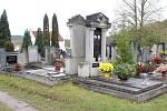 Někteří lidé nečekají na svátek Dušiček a za svými blízkými se vydávají na hřbitov už pár dnů předem. Zapálené svíčky už hoří také na hřbitově v Hýskově.