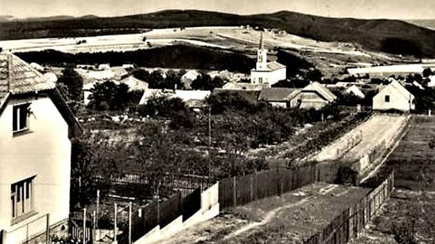 Pohled na jednu z hudlických ulic v roce 1953. Na pravé straně v té době chybí současná zástavba rodinných domů.