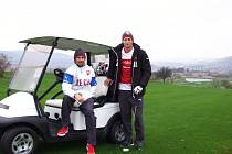 Fotbaloví reprezentanti relaxují při golfu.