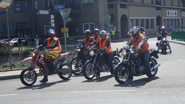 Na spanilou jízdu napříč regionem vyrazily od hořovického společenského domu desítky motorkářů.