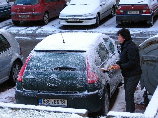 Řidiči našli ráno auta zasněžená a namrzlá