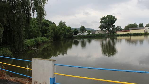 Z mapy zmizí Lázeňská ulice vedoucí kolem rybníka k vlakovému nádraží, nově nese jméno po slavnému rodákovi Miloslavu Troupovi.