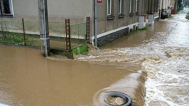 V Karlově Huti v Králově Dvoře změnila řeka Litavka během povodní své koryto. Voda se valila přes chodníky, dvorky i silnice. V domech u řeky byla její hladina na úrovni oken.