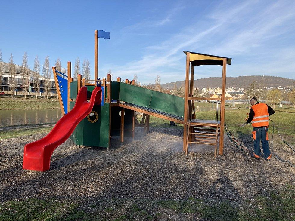 Dezinfekce herních prvků na dětských hřištích v Berouně.