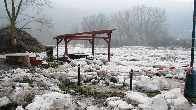 Uvolněné ledové kry pluly po Berounce