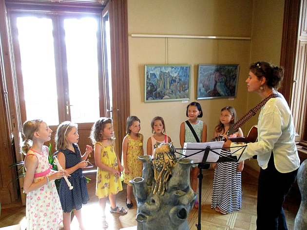 V Městské galerii v Duslově vile v Berouně vystavuje až do 10. září berounská výtvarnice Květa Makovská své obrazy a plastiky.