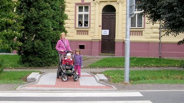 Obec Lochovice zajistila přechod před základní školou