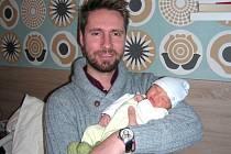 NOVOPEČENÝ tatínek chová v náručí syna Davida Janáče, který spatřil prvně světlo světa 2. ledna 2017. Davídkovi sestřičky na porodním sále navážily 3,23 kg a naměřily 49 cm.