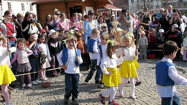 Na Velikonočních trzích v centru Berouna vystoupily děti z místních mateřinek