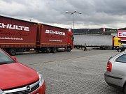 Kamiony parkující navzdory zákazům vjezdu pro nákladní automobily na parkovišti v nákupní zóně v Berouně (18. 11.) a autobus na parkovišti pro osobní auta před hypermarketem na pražském Zličíně (17. 11.).