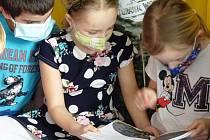 Děti si vyslechly čtení z knihy Noční život v ZOO Tábor, aneb jak surikata Máňa poznává své kamarády.