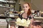 Obsluha farmářské prodejny Český grunt v Příbrami Katka Šáchová s mísou krájeného másla, o které je teď větší zájem. Vyjde totiž cenově přibližně stejně, jako zdražené máslo v supermarketech.
