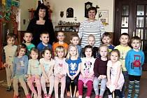 """Mateřská škola v Žebráku: třída čtyřletých """"Sovičky"""" - ředitelka Alena Šínová a učitelka Naděžda Procházková."""