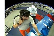 Muže, který vyzvedával zboží placené z cizí karty, zachytily kamery.
