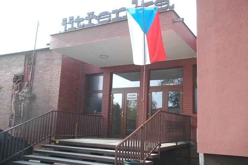 Volební místnost je v Praskolesích umístěna tradičně ve vestibulu kulturního domu.
