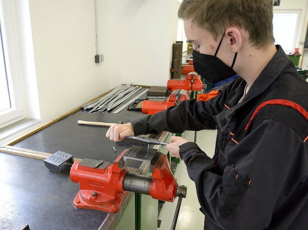 Z odborného výcviku na Středním odborném učilišti Beroun-Hlinky: první ročník instalatérů se učí vyřezávat závity do železného materiálu.