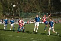 Derby před 350 diváky získali pro sebe domácí hráči Hořovicka (v modrém).