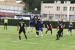 Komárovští fotbalisté (v modrém) podlehli Dobrovici.
